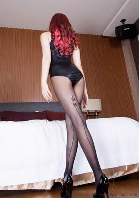 穿校服清纯美女开好房间等男友啪啪